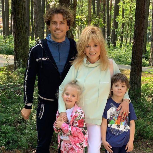 Максим Галкин поделился трогательным семейным фото с отдыха в Юрмале
