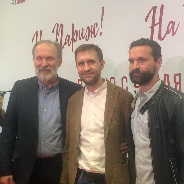 Заметно постаревший 57-летний Федор Добронравов вышел в свет в компании двух сыновей