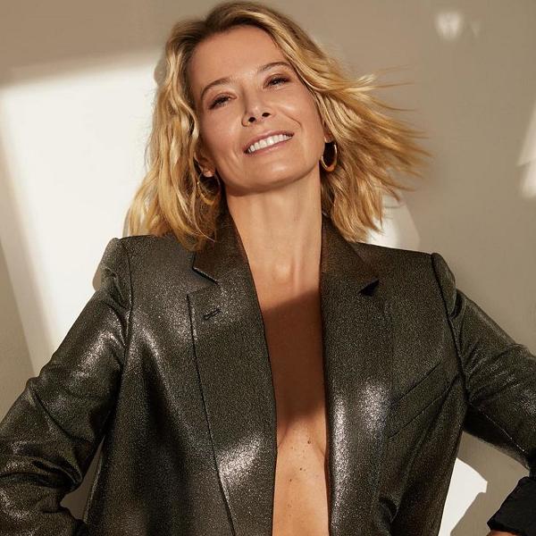 45-летняя Юлия Высоцкая появилась на обложке глянца в одном пиджаке