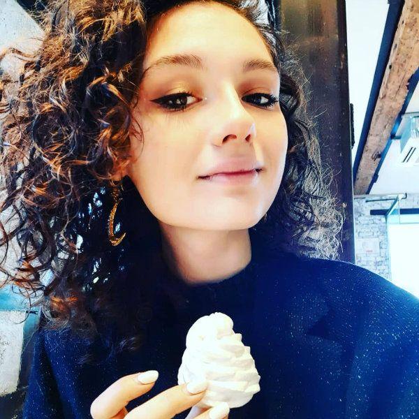 Дочь Любови Толкалиной случайно заснула рядом с горящей свечкой и спалила себе волосы