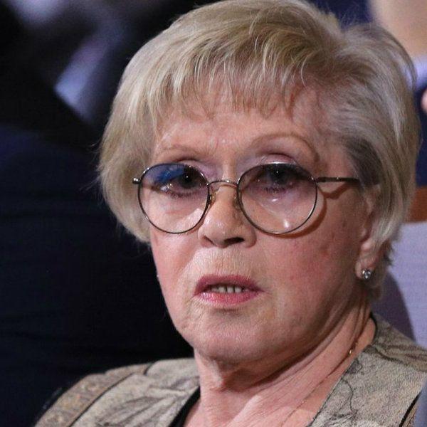84-летняя Алиса Фрейндлих пришла на выписку внучки из роддома