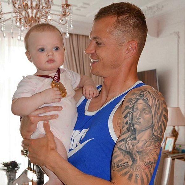Дмитрий Тарасов показал, как учит годовалую дочь играть в футбол