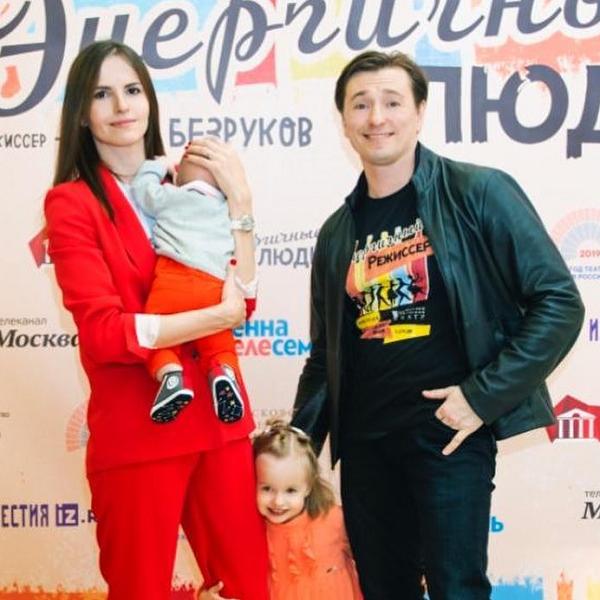 Жена Сергея Безрукова с 7-месячным сыном прилетела к нему на съемки в Санкт-Петербург