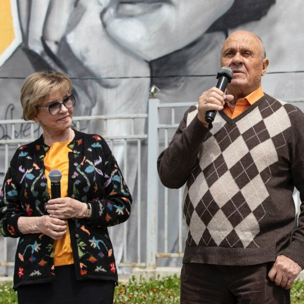 Вера Алентова и Владимир Меньшов открыли граффити, посвященное фильму «Москва слезам не верит»