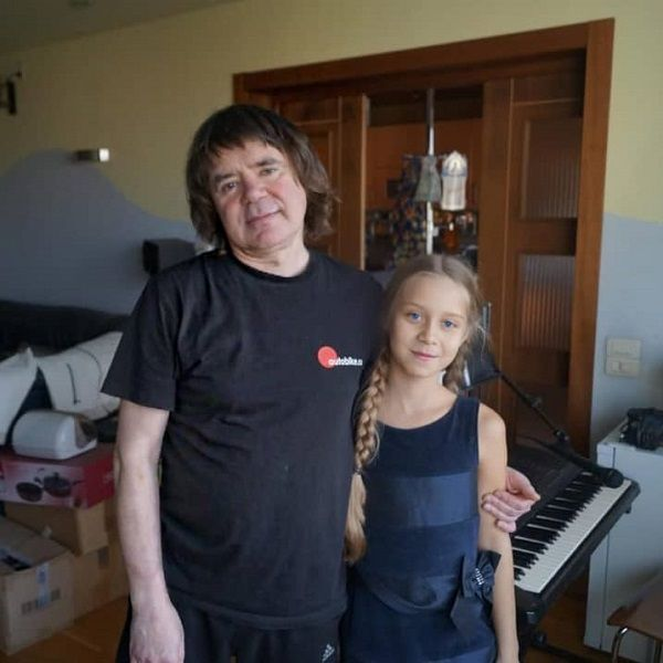 Мать приемной дочери Евгения Осина объяснила, почему девочка перестала посещать могилу музыканта