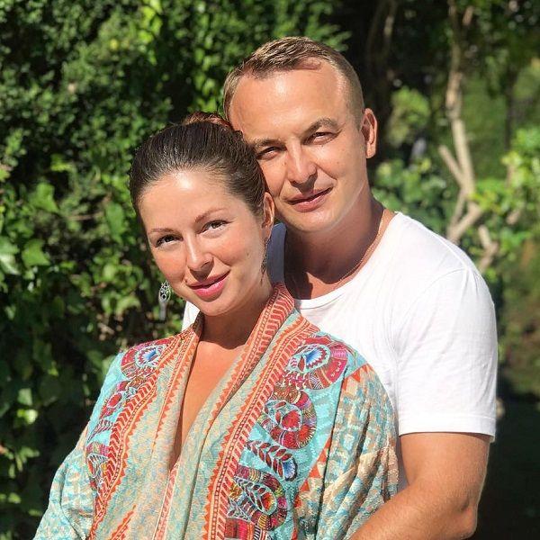 Нюша поделилась забавным видео, где они с мужем выпрыгивают из бассейна