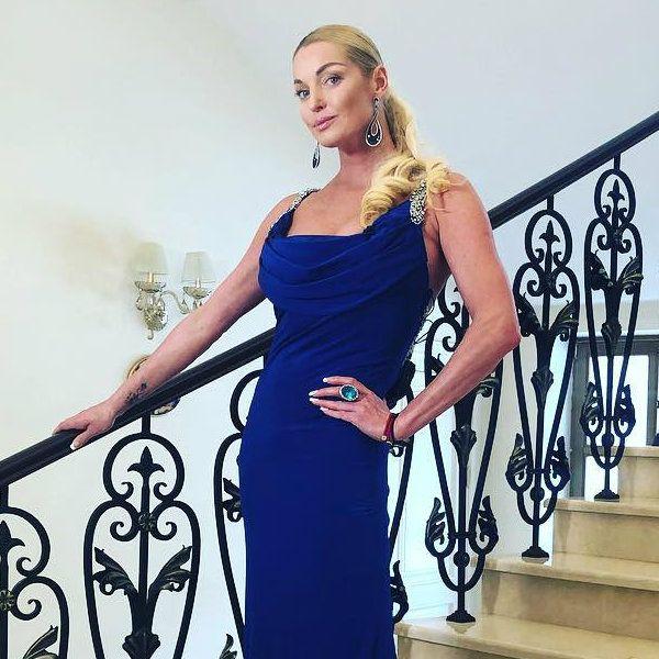 Анастасия Волочкова поблагодарила возлюбленного за поддержку во время написания нового романа и пообещала подарить ему первый экземпляр