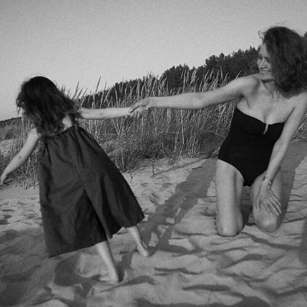 42-летняя Виктория Исакова поделилась пляжным фото с дочерью, которую скрывала несколько лет
