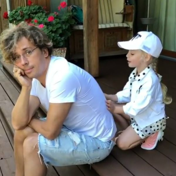 Максим Галкин показал, как 5 летняя дочь делает ему массаж спины