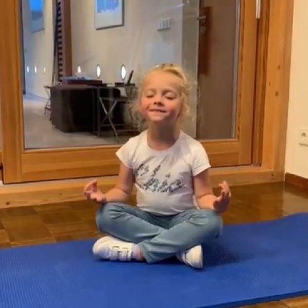 Максим Галкин показал, как их с Аллой Пугачевой 5-летняя дочь занимается йогой и медитирует