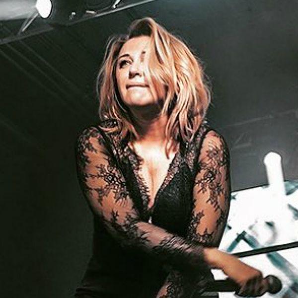 54-летняя Алена Апина вышла на сцену в прозрачной блузке с глубоким декольте
