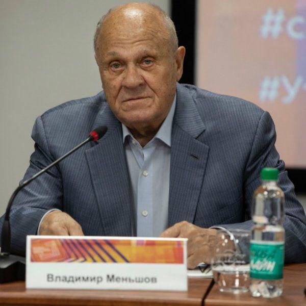 Внуки Владимира Меньшова помогают ему решить, какие сериалы смотреть по телевидению