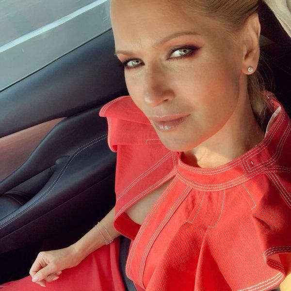 45-летняя Олеся Судзиловская опубликовала серию фото в экстравагантном красном платье