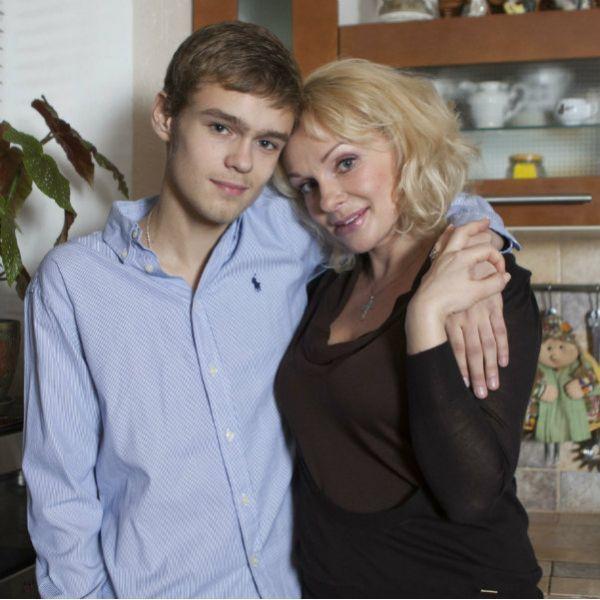 24-летний сын Ирины Цывиной разрыдался на церемонии прощания с матерью