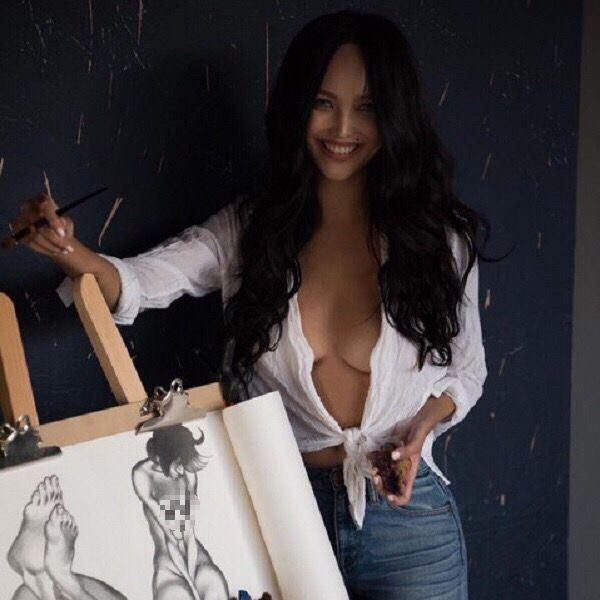 Молодая жена Александра Цекало рисует мужчин без одежды