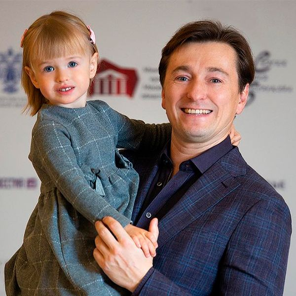 Сергей Безруков опубликовал видео, как его 3-летняя дочь печет пирог