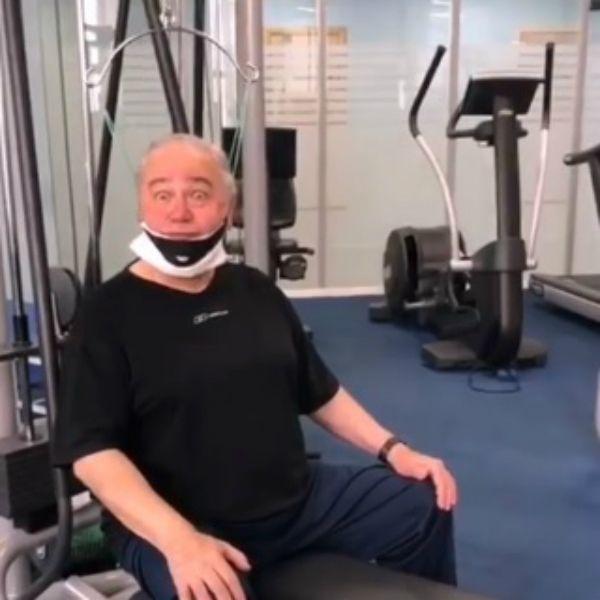 74-летний Евгений Петросян показал, как занимается в тренажерном зале