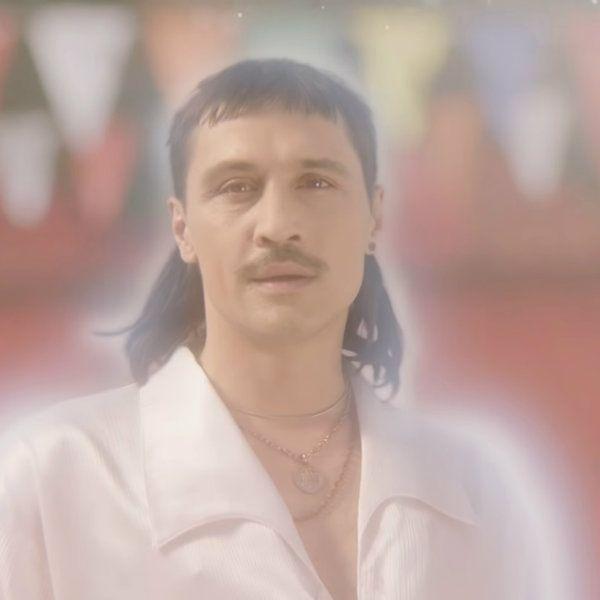 Священник изгоняет призрак Димы Билана в новом клипе артиста «Про белые розы»