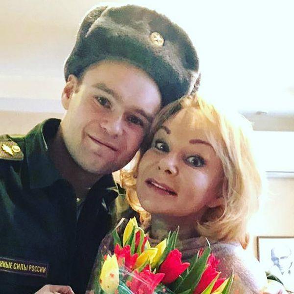 Сын Ирины Цывиной расплакался в студии ток-шоу «Прямой эфир», вспоминая маму