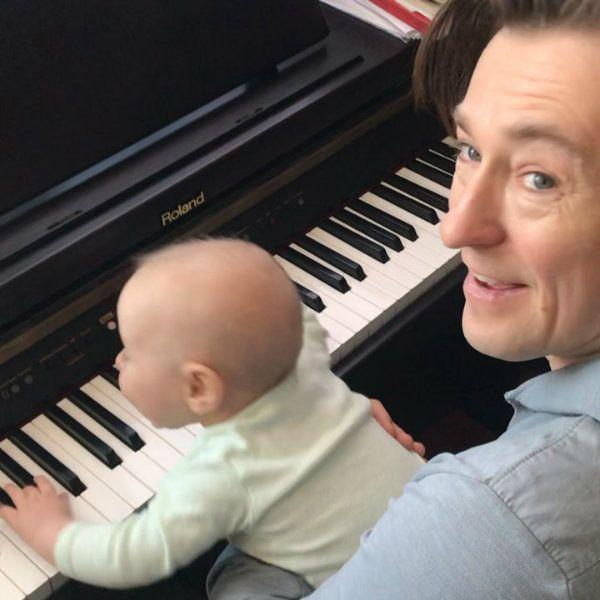 Сергей Безруков показал, как играет на пианино в четыре руки с 5-месячным сыном