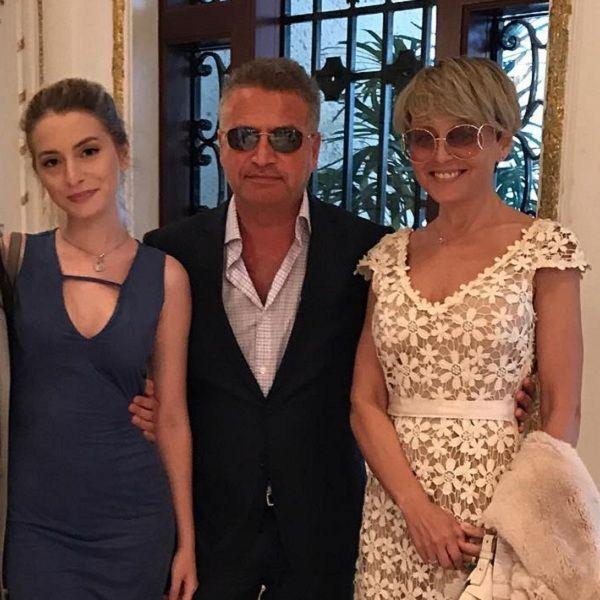 20-летняя дочь Анжелики Варум и Леонида Агутина подрабатывает официанткой в США