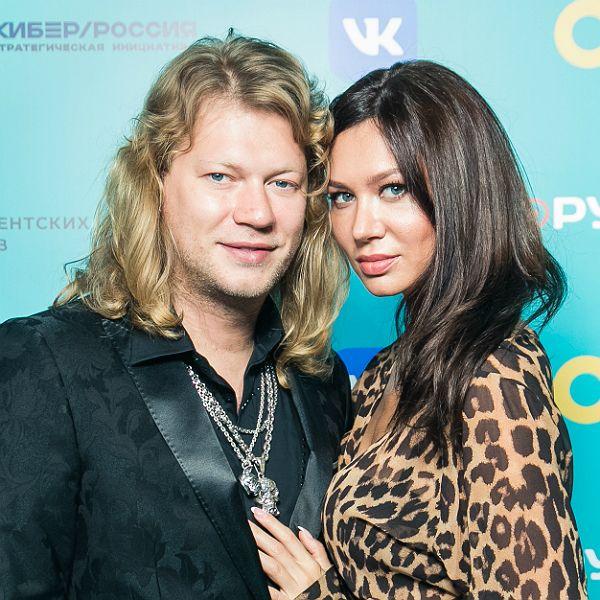 Экс-солист группы «Челси» Роман Архипов впервые после свадьбы вышел в свет с женой