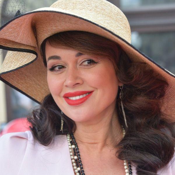 Знакомые 48-летней Анастасии Заворотнюк опровергли слухи, что актриса больна раком