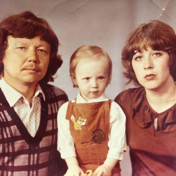 В свой день рождения Альбина Джанабаева опубликовала архивное фото с родителями
