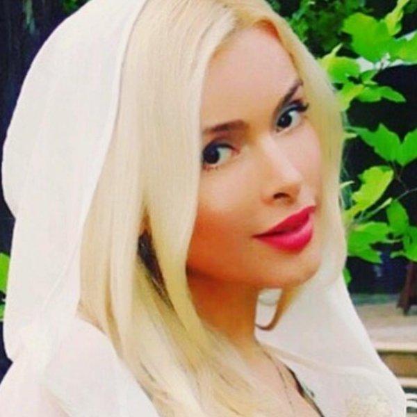blondinki-v-kolhoze-molodaya-devushka-zasovivaet-sebe-igrushku-v-anal