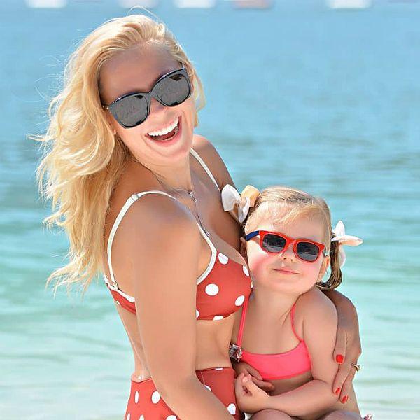 33-летняя Пелагея опубликовала пляжные кадры с 2-летней дочерью