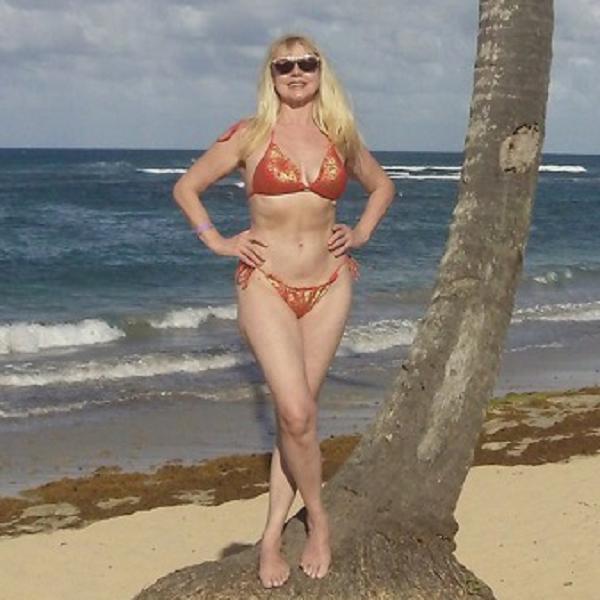В день своего 61-летия Елена Кондулайнен опубликовала смелое фото в красном бикини