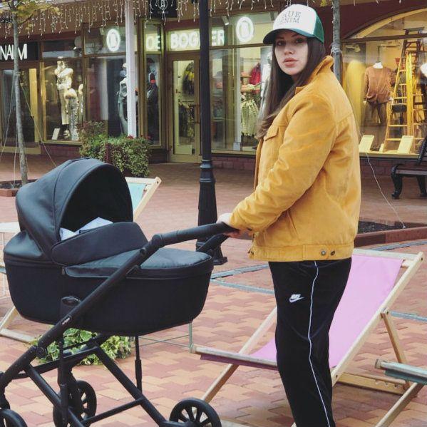 Звезда «Дома-2» Саша Артемова взяла новорожденную дочь на шопинг