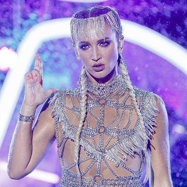 Ольга Бузова упала во время выступления на фестивале «ЖАРА» в Баку