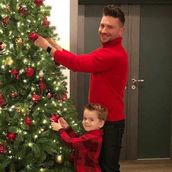 Лазарев с сыном наряжают елку