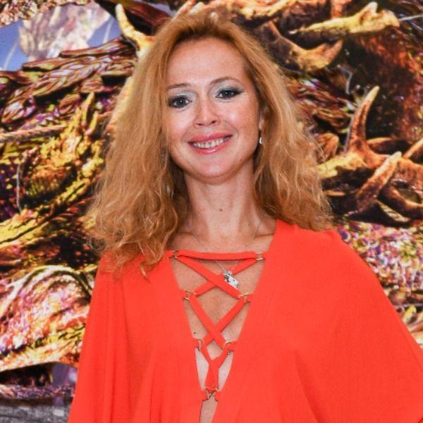 43-летняя Елена Захарова вышла в свет в красном мини-платье