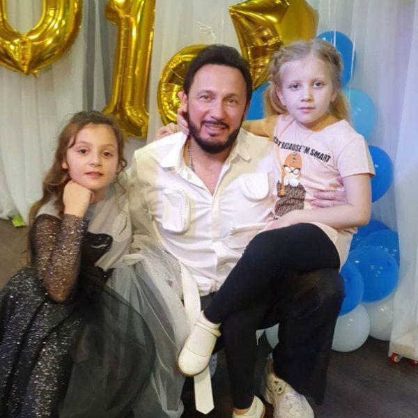 Стас Михайлов поделился трогательными фотографиями с выпускного дочери