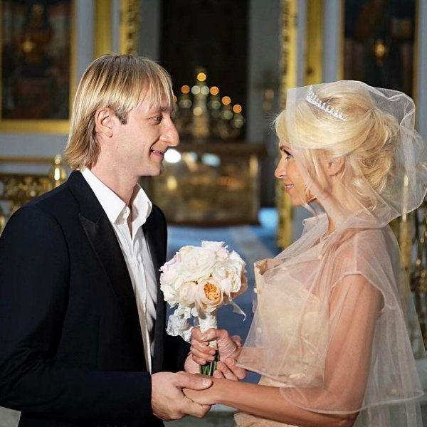 Яна Рудковская похвасталась, что спустя 10 лет смогла надеть свадебное платье