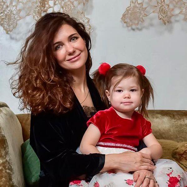 Екатерина Климова опубликовала забавное видео танца дочери в парике и платье принцессы