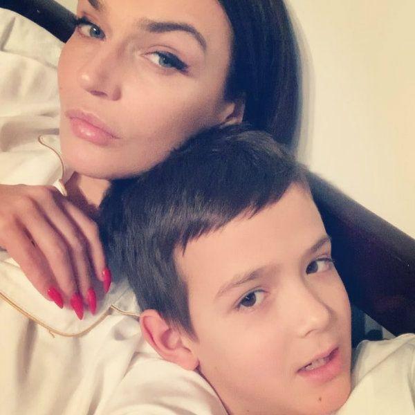 Алена Водонаева в шутку пожаловалась на экс-мужа, который забрал их сына на каникулы и не выходит с ней на связь