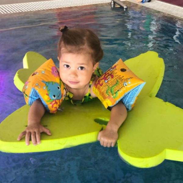 Екатерина Климова показала, как ее 3-летняя дочь учится плавать