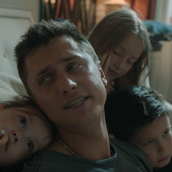 Павел Прилучный дебютировал как певец и вместе с детьми снялся в трогательном клипе