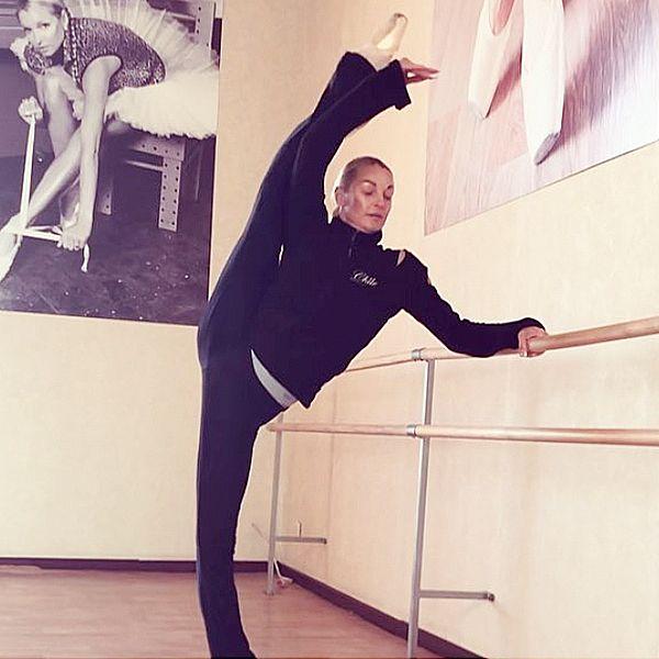 Анастасия Волочкова продемонстрировала фирменный шпагат на юбилейном концерте Аллы Пугачевой