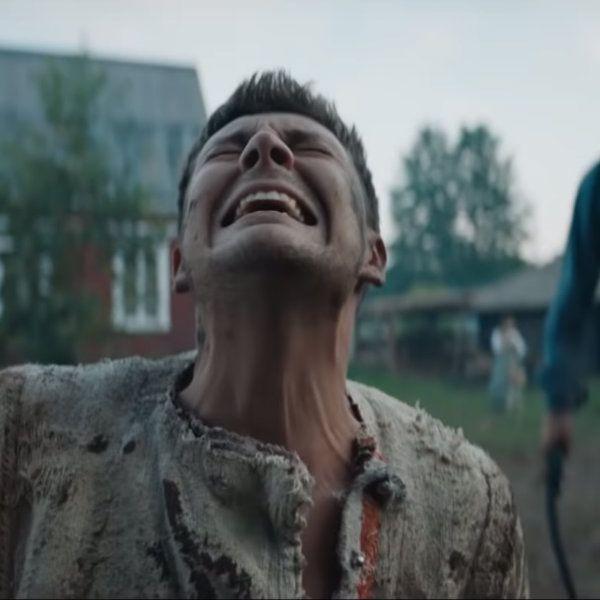 Милоша Биковича бьют хлыстом в трейлере новой комедии «Холоп»