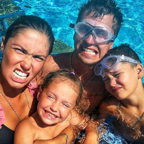 Агата Муцениеце впервые за долгое время опубликовала семейное фото с Павлом Прилучным и детьми