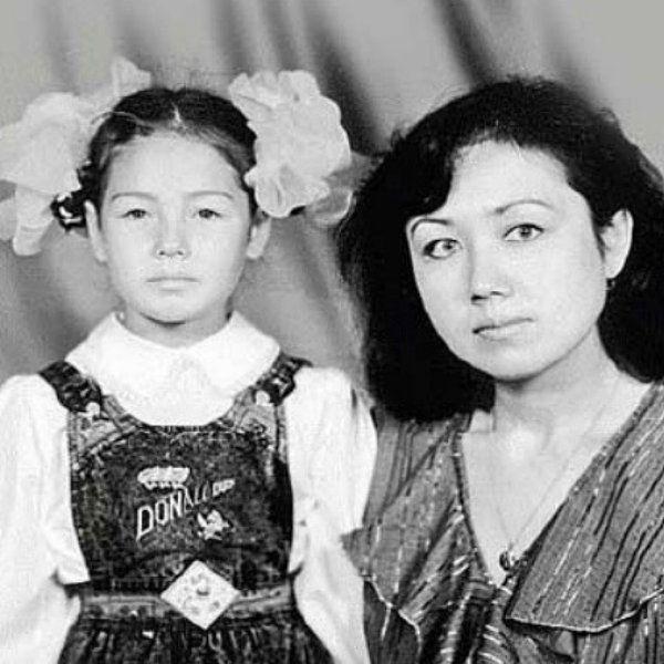 Ляйсан Утяшева опубликовала архивные фото с матерью, почтив ее память