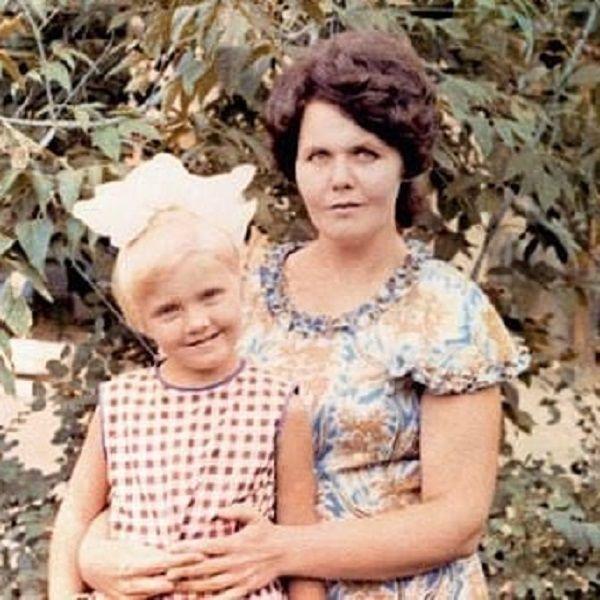 В день своего рождения Валерия поблагодарила 80-летнюю мать за жизнь и опубликовала архивное фото с ней