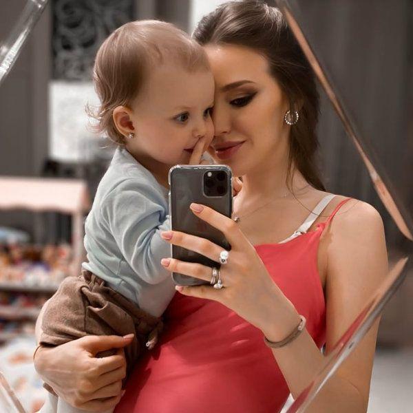 Беременная Анастасия Костенко рассказала о страхе любить второго ребенка меньше, чем первого