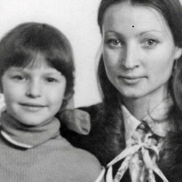 Анастасия Волочкова опубликовала архивный снимок с матерью, которую выгнала из дома
