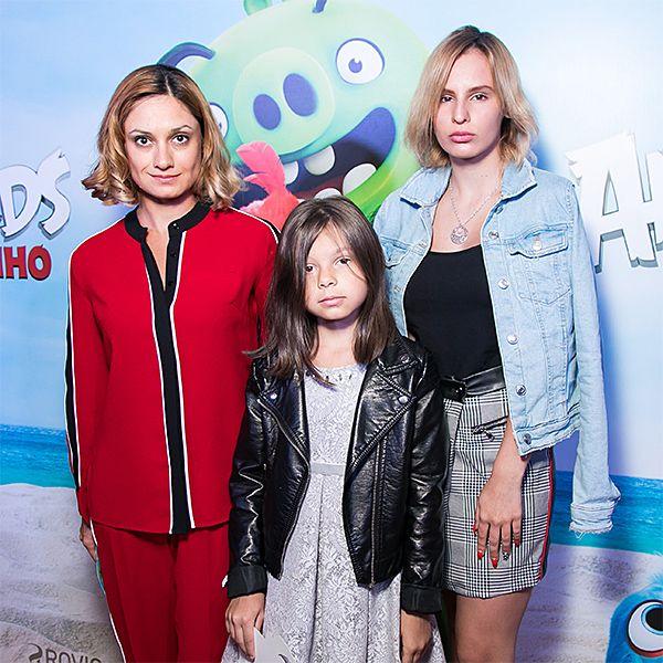 Карина Мишулина впервые за долгое время вышла в свет с дочерьми