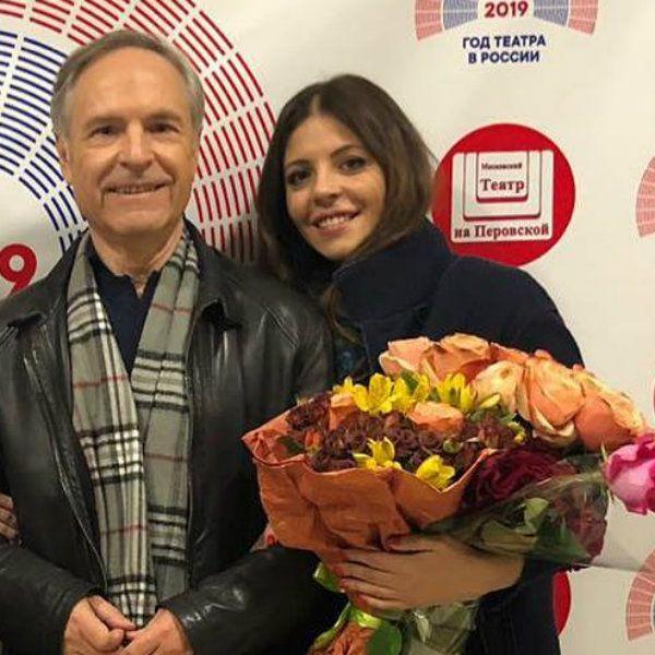 Старшая дочь Веры Глаголевой похвасталась, что отец Родион Нахапетов пришел к ней на спектакль